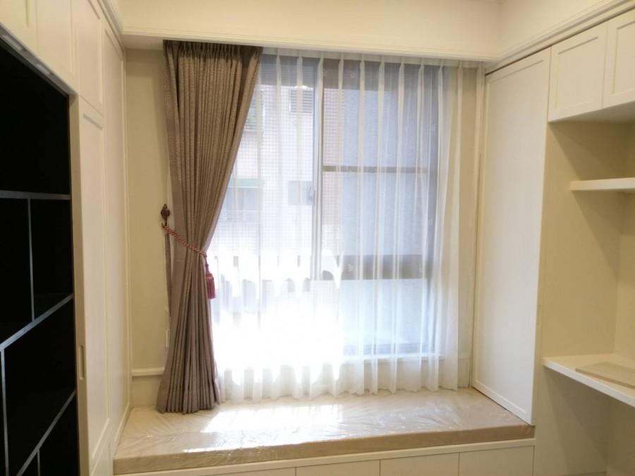 書房窗邊坐墊搭配窗簾