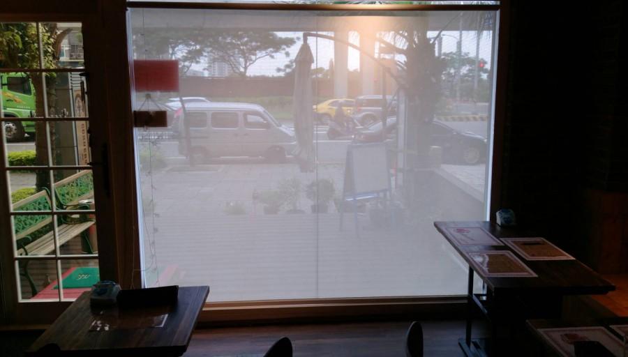 青埔_義大利餐廳_店面落地採光窗{使用陽光捲簾避免光線直射刺眼並降低室內溫度}
