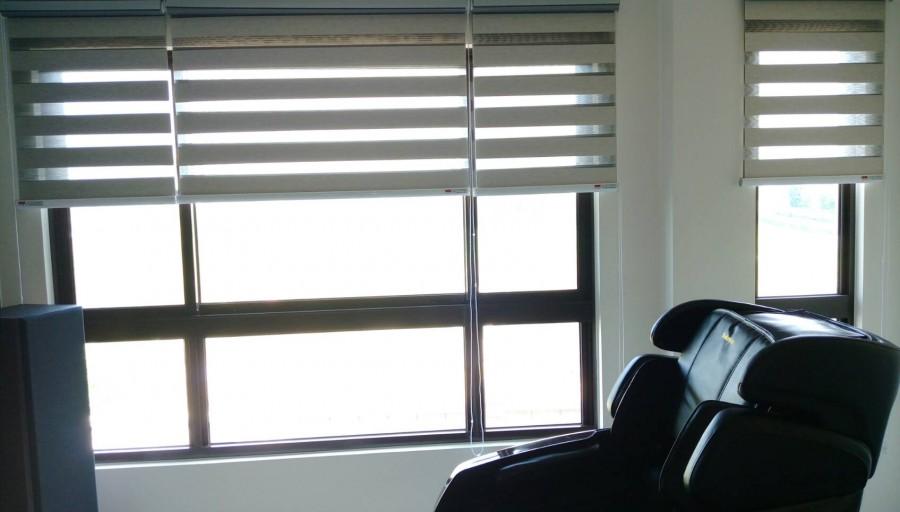 新屋大悅清華社區_客廳景觀窗{木紋遮光調光簾分三窗製作}